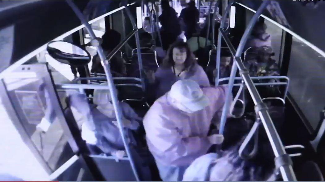 wypchnięty z autobusu dziadek