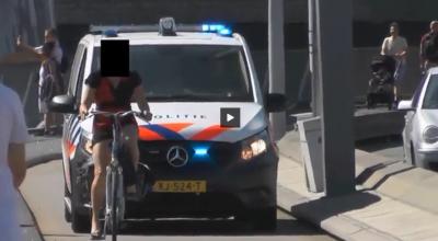 kobieta na rowerze blokuje