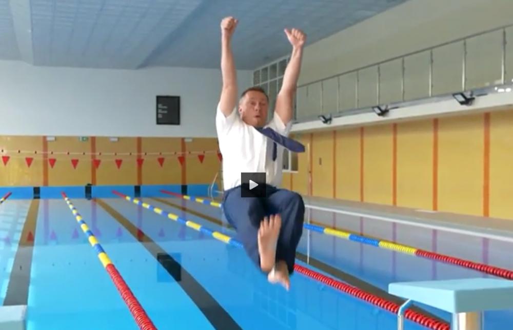 burmistrz wskoczył do basenu