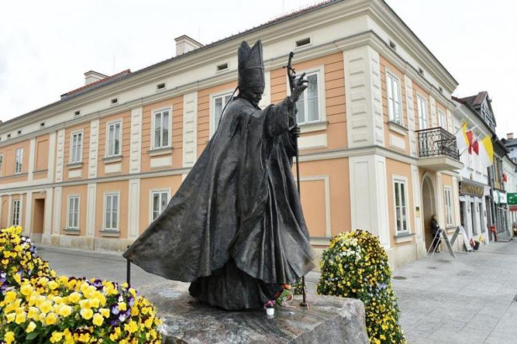z pomnika papieża