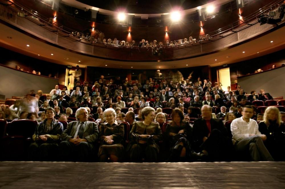 wizyta policji w teatrze