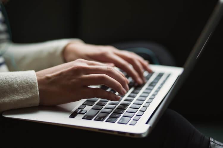 Czy napisanie za kogoś pracy dyplomowej jest legalne?