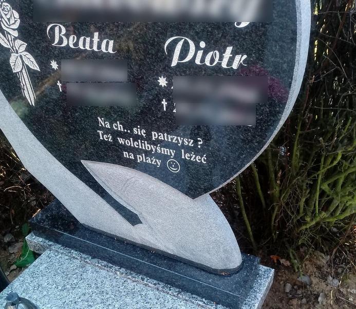 kontrowersyjny napis na nagrobku