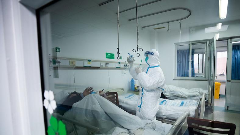 ciężki stan zarażonego koronawirusem