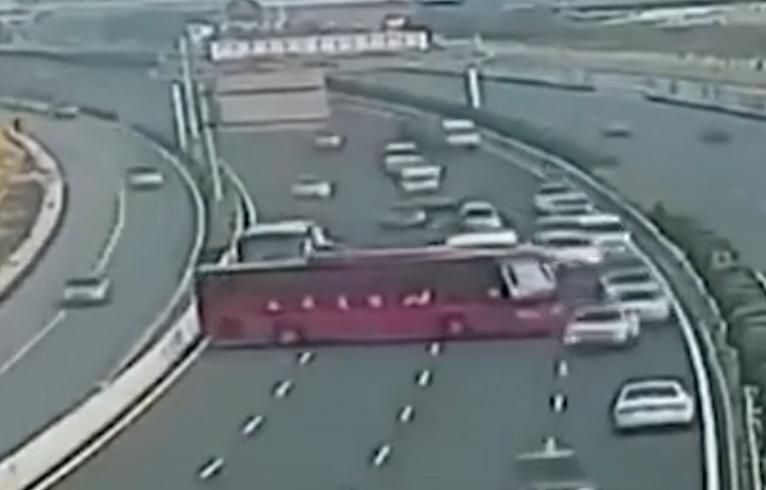 kierowca autobusu zawraca