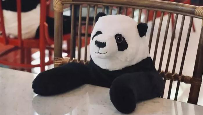 pandy przy stolikach