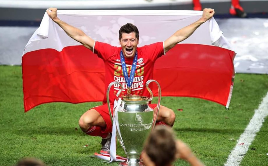 robert lewandowski z pucharem