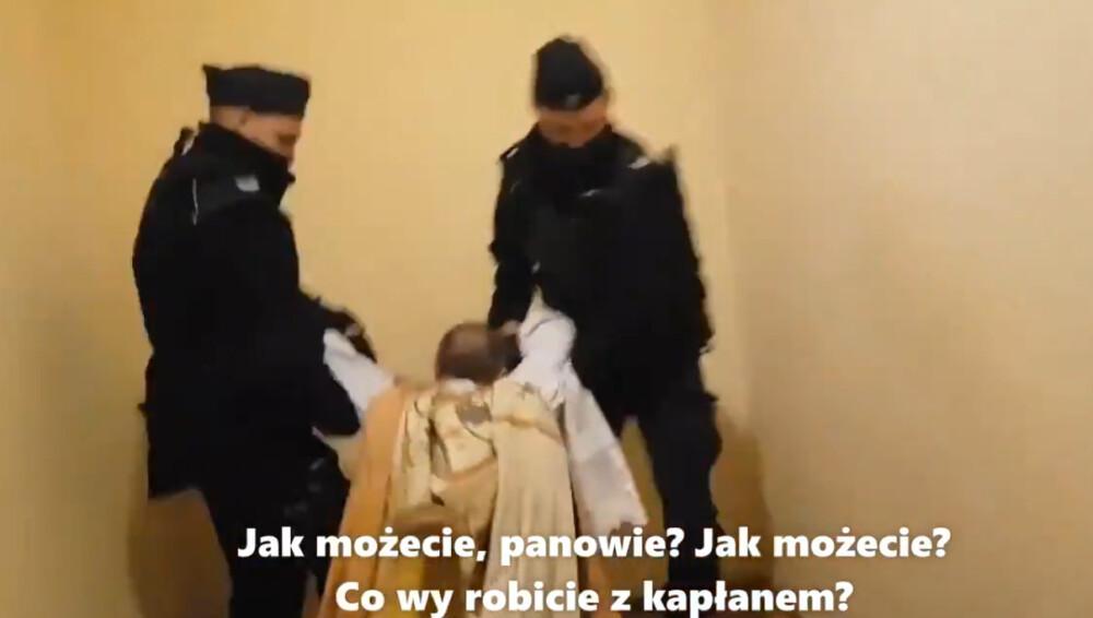 policjanci wynieśli księdza