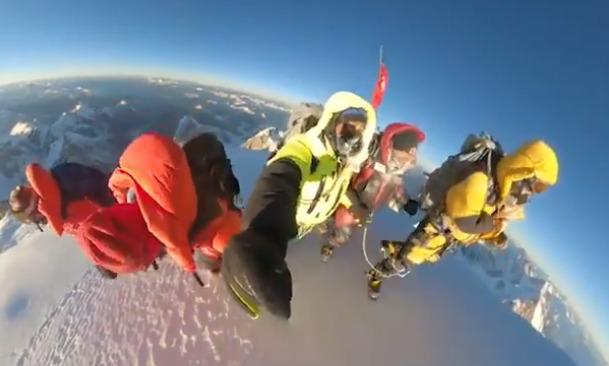 film z wejścia na szczyt k2