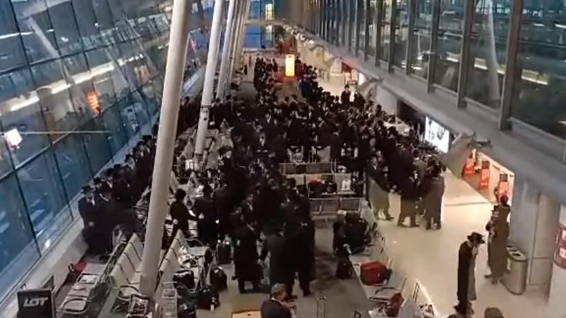 Tłum tańczących Żydów łamał obostrzenia