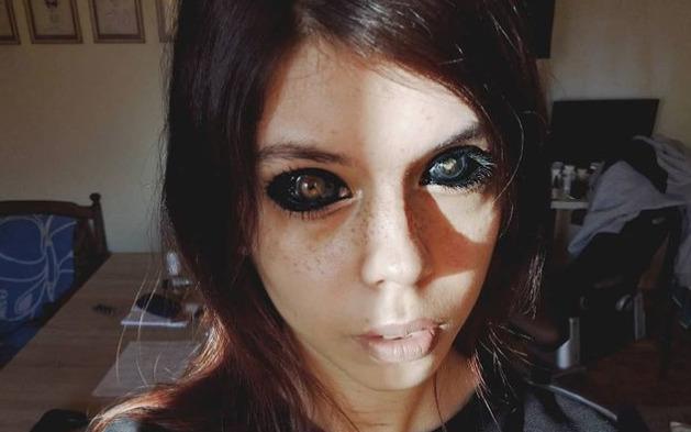 wytatuowała gałki oczne