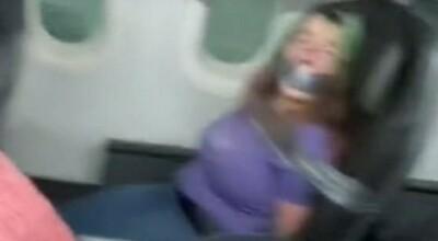 Personel związał pasażerkę taśmą klejącą
