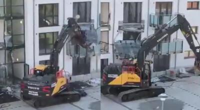 koparką demolował budynek