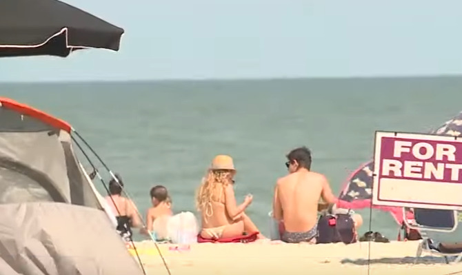 kobieta jęczała na plaży