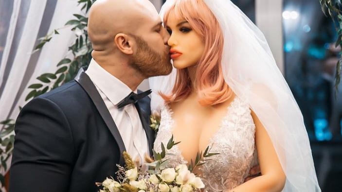 Mężczyzna poślubił lalkę